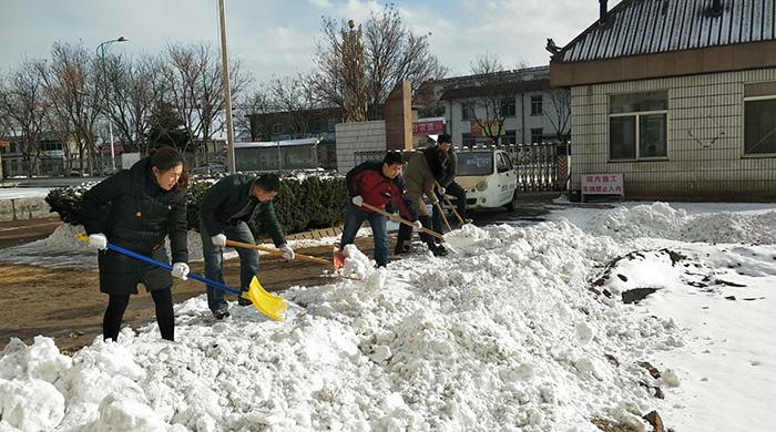 雪后,蓝牙装备义工队在为敬老院扫雪